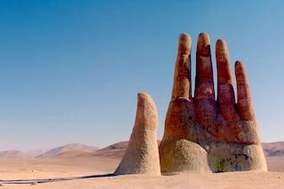 Cile, perché c'è una mano nel deserto di Atacama? Non è un'allucinazione