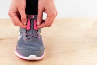 Mai più lacci slacciati: ecco il modo rivoluzionario di chiudere le scarpe