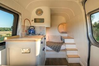 Da comune furgone a perfetta casa mobile: la trasformazione è sorprendente