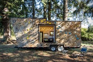 La mini casa perfetta per gli sportivi: ha anche una parete da arrampicata!