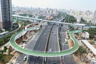 Cina, in bici sulla pista ciclabile aerea più lunga del mondo