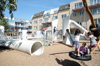 Rotterdam, le pale eoliche in disuso diventano un parco giochi per bambini