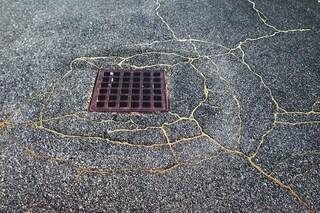 Usa l'oro per riparare le strade delle città: l'arte di Rachel Sussman