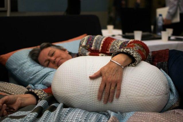 Dormire Con Cuscino In Mezzo Alle Gambe.Somnox Respira Con Voi Ecco Il Cuscino Che Vi Aiuta A Dormire