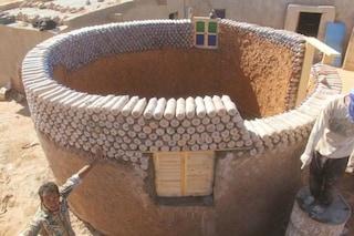 25 case costruite con bottiglie di plastica: l'impresa del rifugiato Sahrawi è commovente
