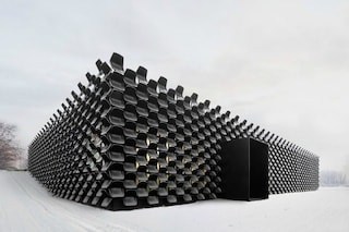Un edificio unico al mondo: è fatto con 900 sedie di plastica