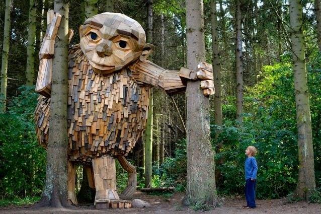 Mobili Costruiti Con Legno Di Recupero : Thomas dambo l artista che nasconde giganti di legno nelle città