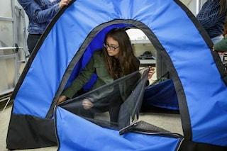 Una geniale invenzione per l'estate: la tenda ad energia solare che entra in uno zaino