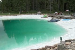 Realizza una piscina grande come un campo da basket: sembra un paradiso terrestre