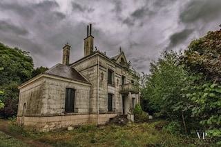 Francia, l'edificio abbandonato è in vendita per 120.000 euro ma nasconde un segreto