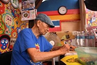 A 94 anni dipinge tutti gli edifici del suo villaggio per salvarli dalla demolizione