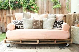 Come creare un divano coi pallet senza spendere soldi