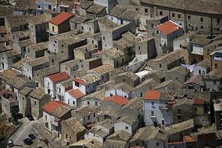 Candela contro lo spopolamento: il comune italiano offre soldi a chi diventa residente