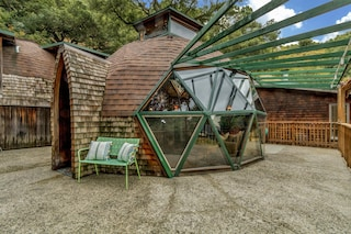 La casa geodetica fatta con materiali riciclati: il sogno di una coppia diventa realtà