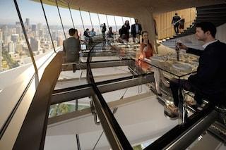 Seattle, pranzare nel vuoto: il ristorante con il pavimento di vetro a 150 metri d'altezza