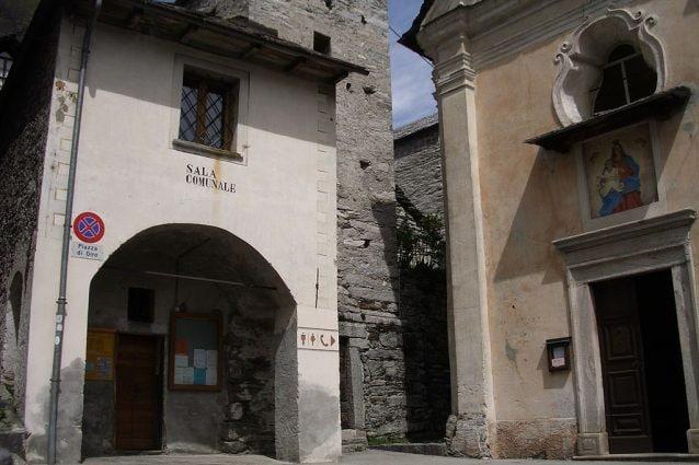 Il municipio e la chiesa di Santa Maria del Carmine