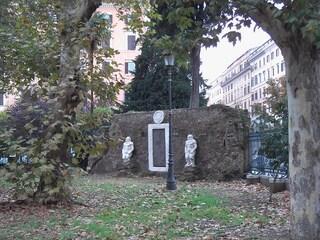 Roma, il mistero della Porta Alchemica di Piazza Vittorio Emanuele II