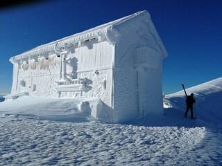 Un rifugio di ghiaccio: l'incanto dell'inverno sul Gran Sasso