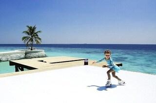 Sul ghiaccio alle Maldive: ecco la prima pista di pattinaggio a 28 gradi