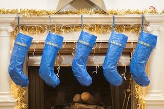 IKEA, la borsa Frakta diventa una calza di Natale: la perfetta decorazione per le Feste