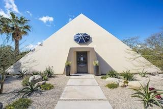 Malibu, si vende la casa a forma di piramide sull'Oceano Pacifico