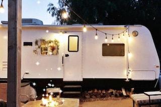Una coppia trasforma un vecchio camper in una casa per 5 persone con meno di 2.500 euro