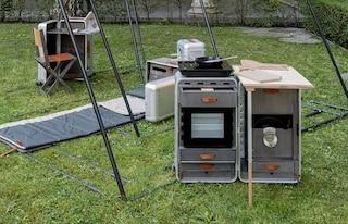 Una casa in movimento: cucina, ufficio e letto diventano valigie da portare sempre con sé