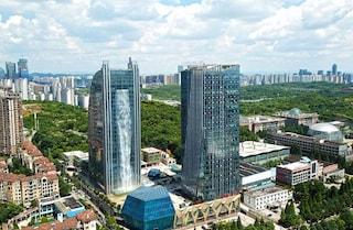 Cina, il grattacielo con una cascata da 100 metri in facciata