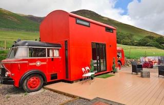 Red Rescue Retreat, il camion dei pompieri trasformato in un eccentrico hotel