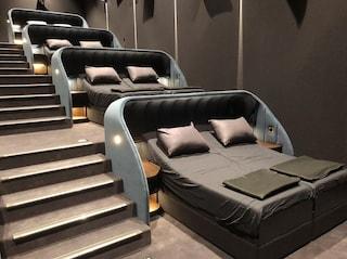 Cinema Pathé, il primo cinema al mondo coi letti al posto dei sedili