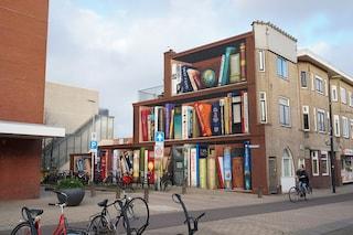 Utrecht, la facciata del palazzo è fatta coi libri preferiti dagli inquilini
