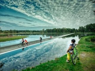 Belgio, la pista ciclabile per pedalare sull'acqua