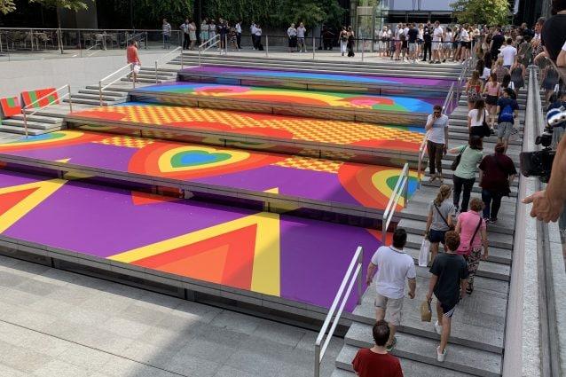 """A Milano Olimpia Zagnoli disegna il Pride di Apple: """"Così la città protegge la comunità LGBT"""""""