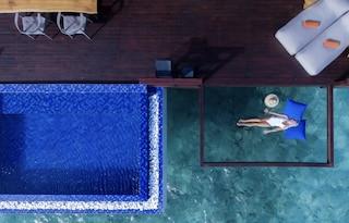 Alle Maldive un resort con i letti sospesi sull'Oceano
