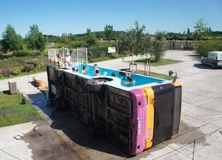 Ad Artois l'autobus diventa una piscina pubblica