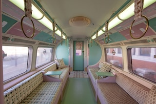Il vagone della metropolitana di Londra che sembra uscito dagli anni Sessanta