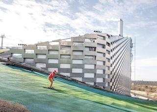 La centrale energetica più pulita al mondo ha una pista da sci sul tetto