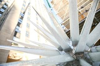 New York, Daniel Libeskind firma la stella sopra l'albero di Natale del Rockefeller Center