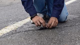 La pavimentazione che si auto-ripara fatta di pneumatici riciclati