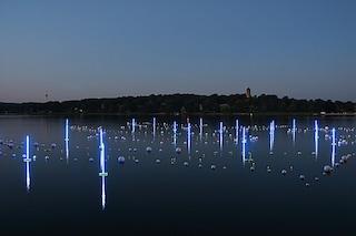 Berlino, 150 metri di boe galleggianti al neon ricordano il Muro