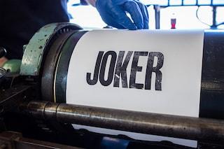 Legno e inchiostro: così è nato il logo del film Joker