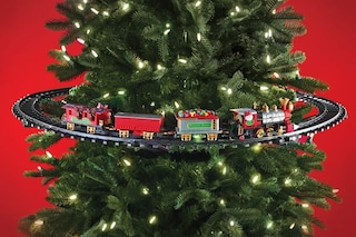 Decorazione natalizia da favola: arriva il trenino elettrico per decorare l'Albero