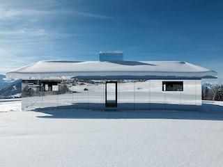 Mirage Gstaad, la casa a specchi di Doug Aitken che si mimetizza nel paesaggio