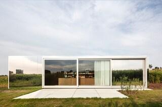 COWES, gli uffici di design ricavati in vecchi container che si mimetizzano col paesaggio