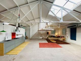 Topo's Shed di Pia MendaroLamberri, la casa dove il letto è sospeso al soffitto