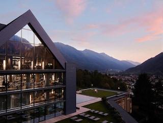 Lefay Resort & SPA Dolomiti, la spa che emerge dal bosco e si integra col paesaggio