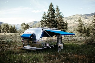L'Airstream Overland del 1971 diventa una moderna casa mobile off grid