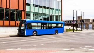 L'autobus super leggero fatto con bottiglie in PET riciclato che viaggia ad energia eolica