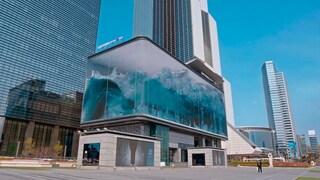 Questo edificio di Seul ha una facciata che riproduce un'onda che si infrange sul vetro