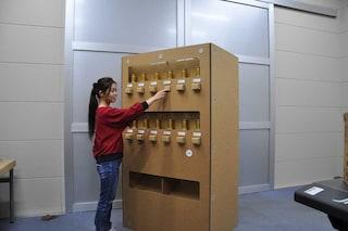 Il distributore automatico di cartone che fornisce bevande elettricamente